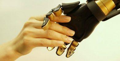 bir robot eli ve bir kadın insan eli el sıkışıyor